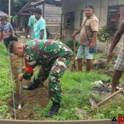 Tingkatkan Budaya Gotong Royong, Babinsa Wasior Perbaiki Saluran Air di Wilayah Binaan