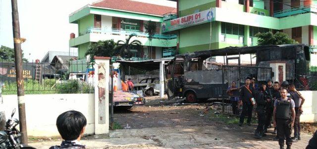 Dua Bus Brimob Dibakar Massa