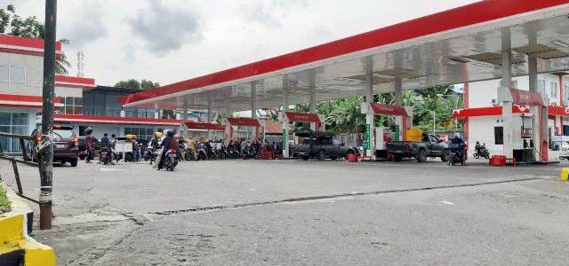 Antrian Beli Premium-Pertalite Lebih Panjang dari Antrian Beli Pertamaks di SPBU Sanggeng Manokwari