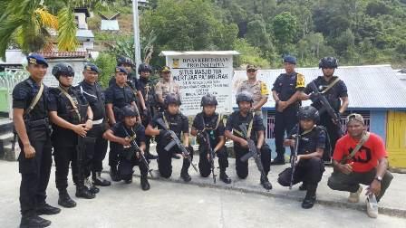 Kunjungi Masjid Tua, Kapolres Fakfak dan Anggota Brimob BKO Melihat Benda Pusaka