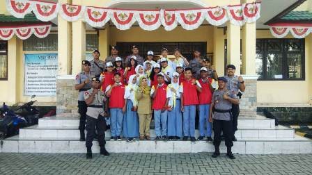 Tanamkan Cinta Damai, Danki Brimob Polda Maluku BKO Polda PB Irup Upacara SMA Negeri 2 Manokwari