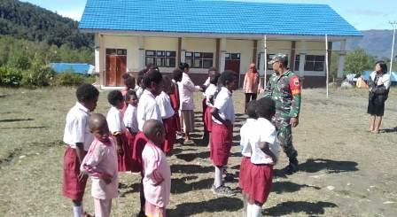Babinsa Anggi Kabupaten Arfak Latih Baris Berbaris Kepada Pelajar Sekolah Dasar