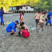 Tanam 300 Pohon Mangrove, Polair Polres Fakfak Gandeng 50 Siswa SD. YPPK Gewerpe