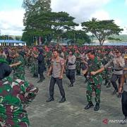 Panglima dan Kapolri Menari Bersama 2.900 Prajurit Di Ambon