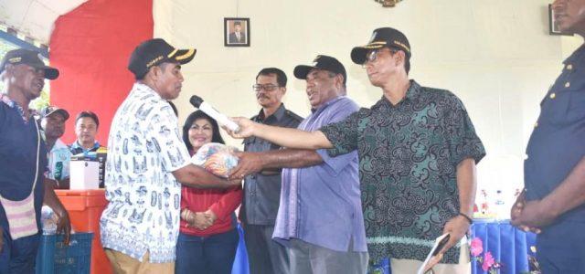 Serahkan Bantuan Perikanan, Ini Harapan Wakil Bupati  Bintuni Kepada Nelayan