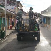 Dandim 1803 Fakfak, Kembali Terjunkan Personil TNI Semprot Disinvektas Cegah Covid -19
