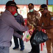 Pemkab Teluk Bintuni Salurkan Paket Sembako di Distrik Babo