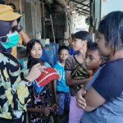 Peduli Covid -19, Ketua DPRD Fakfak Turun Jalan Bagi Masker Hasil Karya Lokal