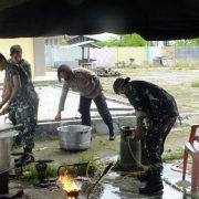 Di Fakfak, TNI/Polri Salurkan 200 Makanan Kotak Bagi Warga Terdampak Covid -19, Jelang Berbuka