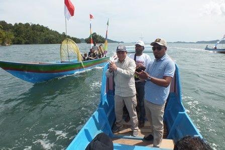 Kunjungi Tiga Kampung Di Kokas, Balon Bupati Fakfak Samaun Dahlan Disambut Bak Sultan