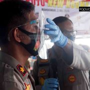Cegah Corona, Kapolda Papua Barat Anjurkan Pedagang Pasar Wosi Pakai Face Shield