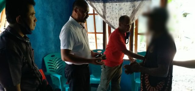 Anggota TPNPB Serahkan Senjata Api ke Polisi