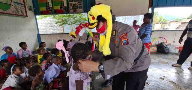 Polwan Mengajar Anak-Anak Kampung Hanghow Distrik Tanah Rubuh
