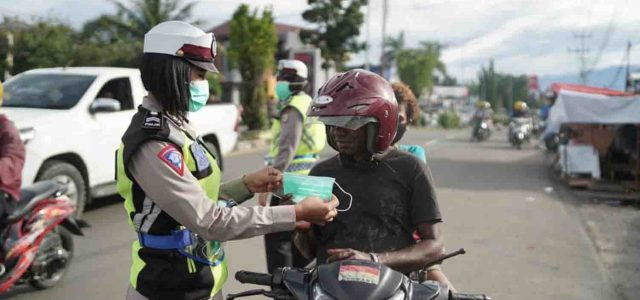 Operasi Lilin Mansinam Hari Kedua, Ditlantas Polda Papua Barat Bagi Masker
