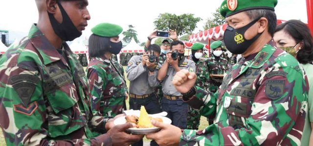 Tumpeng Syukuran HUT Kodam Kasuari untuk Dua Prajurit Berprestasi