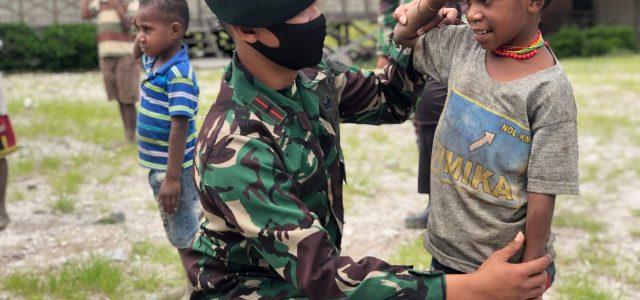 Keceriaan Pelajar SD Inpres Sinak Saat Belajar PBB oleh Anggota Raider 500/Sikatan