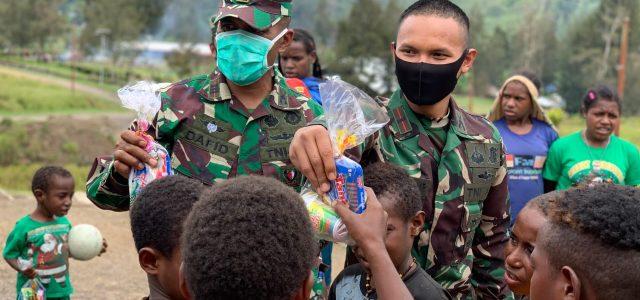 Prajurit Raider 500 Bagi Bingkisan Natal untuk Anak Sekolah Minggu di Pedalaman Papua