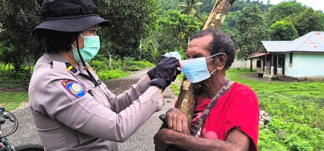 Dengan Sepeda Satgas Aman Nusa II Polda Papua Barat Bagi Masker di Tiga Kampung