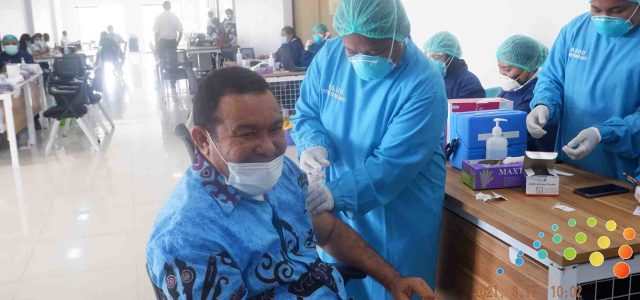 Wakil Ketua DPR Papua Barat Disuntik Vaksin Corona Dosis Kedua