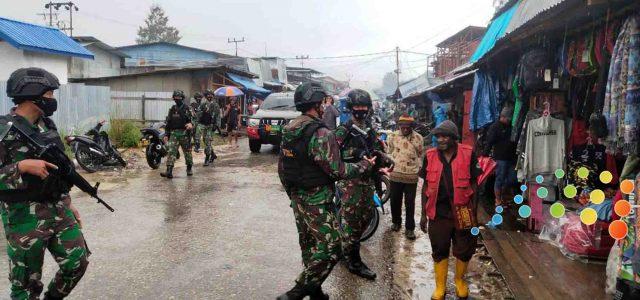 TNI di Enarotali Paniai Beri Rasa Aman pada Masyarakat
