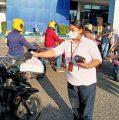 BRI Cabang Manokwari Berbagi Takjil Ramadhan pada Warga