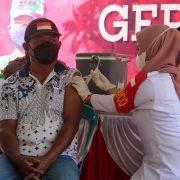 Puluhan Warga Kampung Dobut Manokwari Terima Vaksinasi di Gerai Vaksin TNI Polri