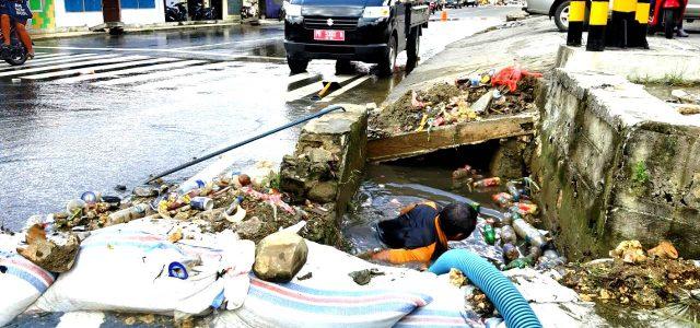 Sampah Penyebab Tergenang Air di Perempatan Lampu Merah