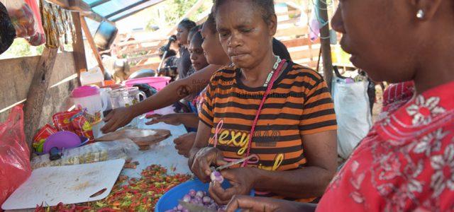 Romansa Mama-mama Ukopti Sajikan Hidangan Bagi Satgas TMMD Manokwari Papua Barat