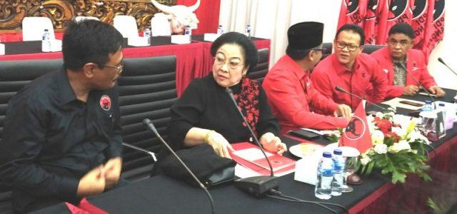 Megawati Serahkan KTA kepada Pemuka Agama dan Purnawiran TNI/Polri