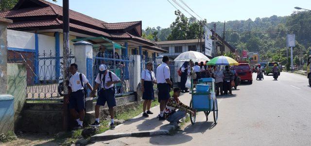 Feature: Hari Pertama Masuk Sekolah, Datang Pagi, Seragam Serba Baru