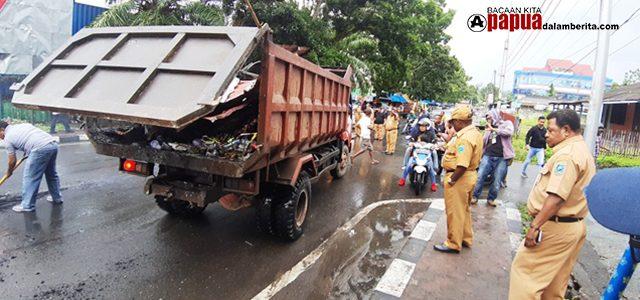 Aksi Sekda Papua Barat dan Pimpinan OPD Bersihkan Jalan Siliwangi Sisa Kerusahan