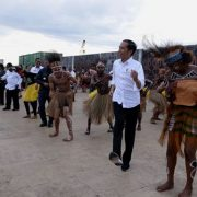 Usai Menari Seka, Presiden Joko Widodo Nikmati Merahnya Langit Kaimana