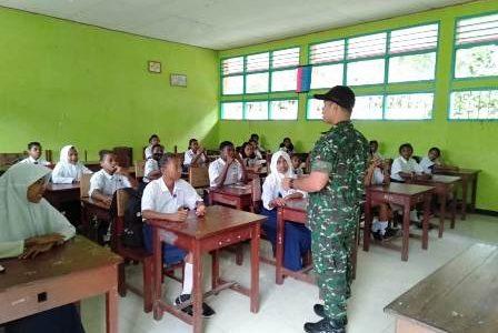 Babinsa Wasior Papua Barat Beri Motivasi Belajar pada Siswa