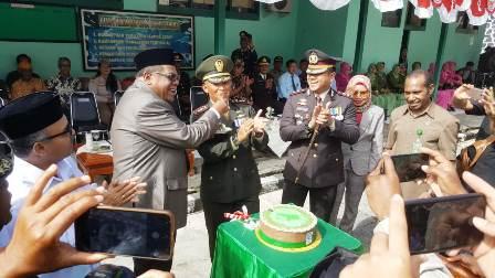 HUT TNI 74, Dandim Fakfak Terima Kue Ultah dari Bupati dan Surprise dari Polres
