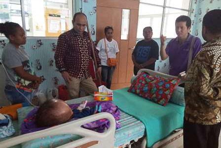 Dos Santos Runaki Penderita Hidrosefalus Dikunjungi Empat Anggota DPD RI Asal Papua Barat