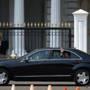 Presiden Jokowi Lambaikan Tangan pada Warga Saat Menuju Tempat Pelantikan