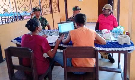 Cegah dan Deteksi Dini, Babinsa Kumpulkan Data Teritorial di Kantor Desa Demine Manokwari Selatan