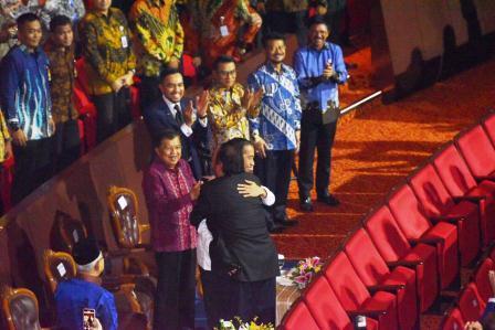 """Pelukan Jokowi Kepada Surya Paloh Mengakhiri Politik """"Baper"""""""