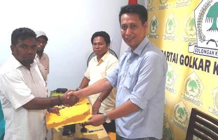 Inya Bay dan Iwan Patiran Ambil Formulir Pendaftaran di DPD Golkar Fakfak