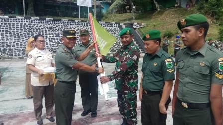 Dandim Fakfak Berikan Bendera Hitam di Lingkungan Kasuari Makodim 1803