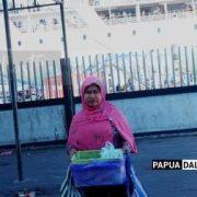 Bantu Suami Biayai Tiga Anak Sekolah, Zaitun Jualan Makanan di Kapal