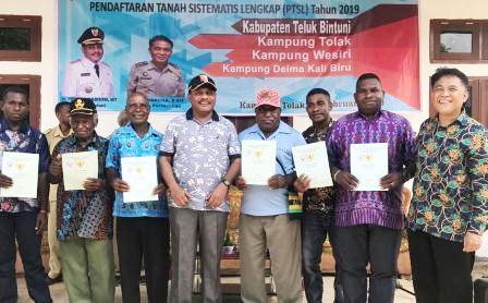 Tiga Kampung di Teluk Bintuni Terima 524 Sertifikat Tanah Gratis