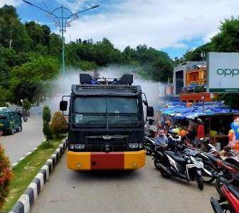 Kapolres Fakfak Turunkan Mobil Water Cannon Basmi Covid -19