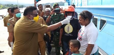 Waspada Virus Corona, Bupati Fakfak Pimpin Pemeriksaan Penumpang Km. Belibis di Pelabuhan Kokas