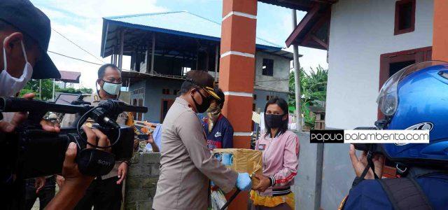 Bantu Warga Hadapi Corona, Kapolda Papua Barat dan Dandim Bagi Sembako
