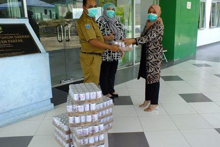 Peduli Covid -19 Ketua DPRD Fakfak, Salurkan Puluhan Karton Susu Beruang Untuk Tenaga Medis
