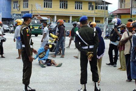 Di Pelabuhan Fakfak, Aksi Penolakan Warnai Penjemputan 65 Warga Fakfak Dari Sorong