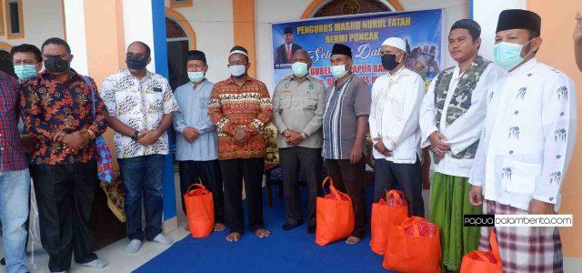 Pemda Papua Barat Peduli, Gubernur Serahkan Paket Sembako ke Empat Masjid di Manokwari