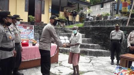 Polres Fakfak Salurkan Bantuan Bagi 8 Warga Sorong dan Lansia