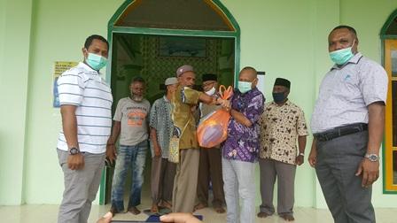 Gubernur Papua Barat Salurkan Bantuan Bapok di 26 Masjid